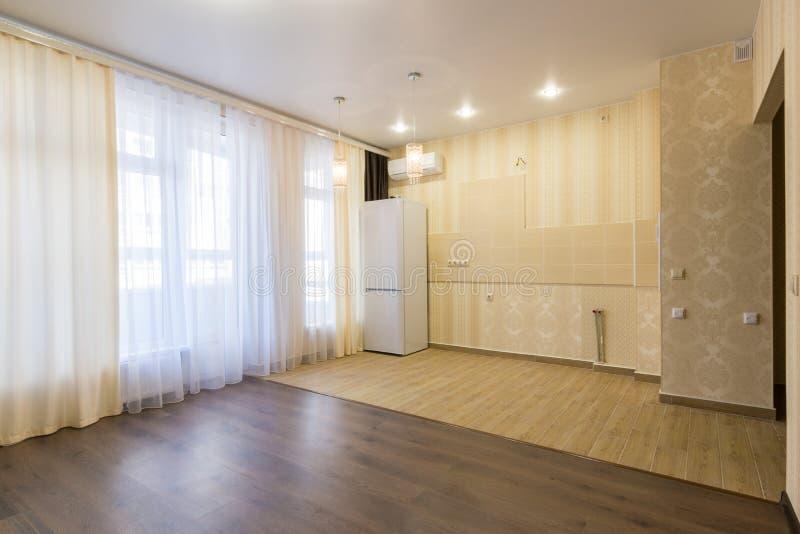 La cucina rinnovata interno si è combinata con il salone, non ammobiliato immagine stock