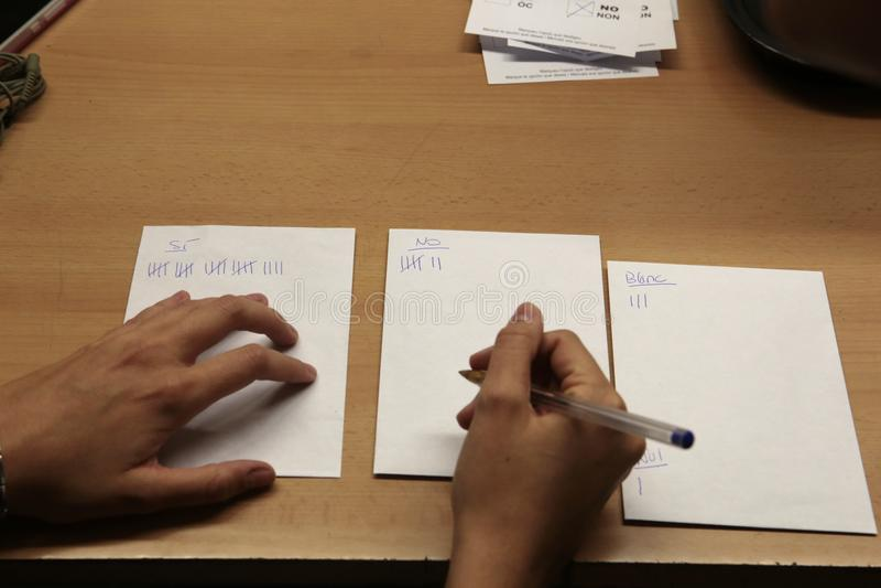 La cuenta vota en un referéndum del colegio electoral en Barcelona imagenes de archivo
