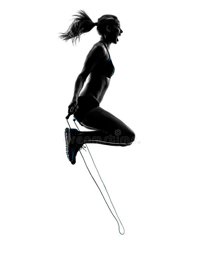 La cuerda de salto de la mujer ejercita la silueta fotografía de archivo libre de regalías
