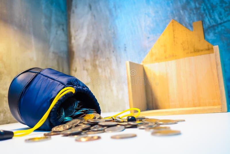 La cuerda del amarillo del bolso azul en la pila de monedas espera que haya una ocasión foto de archivo libre de regalías