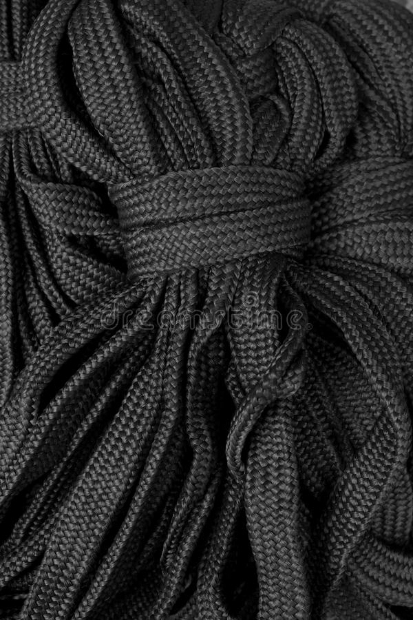 La cuerda negra sujeta imagen de archivo
