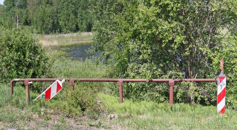 La cuesta peligrosa escarpada de un lago rural es limitada por un hierro imagenes de archivo
