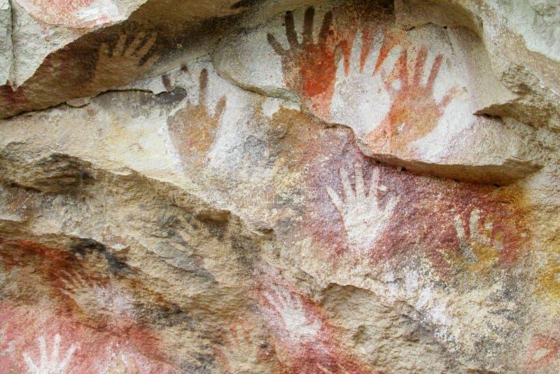 La cueva con la mano imprime, cueva de las manos imagen de archivo libre de regalías