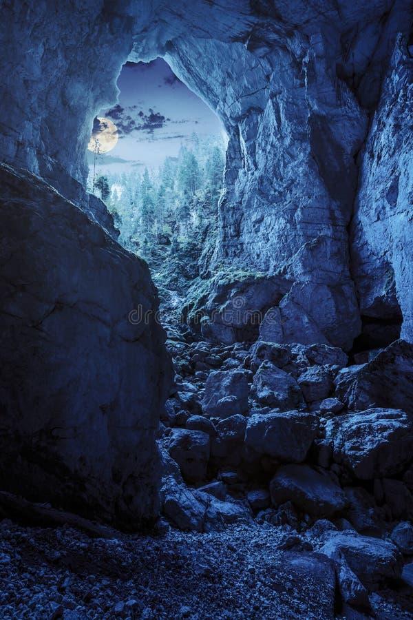 La cueva de Cetatile esculpió por el río en montañas rumanas en la noche imagenes de archivo