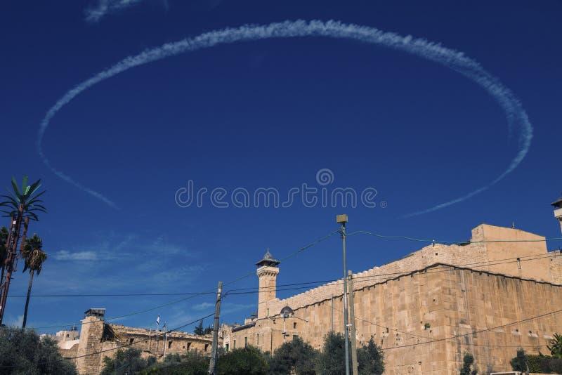 La cueva de los patriarcas en Hebrón, con el círculo formado redondo de la estela de vapor foto de archivo