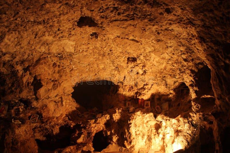 La cueva en el monasterio de la tentación imagenes de archivo