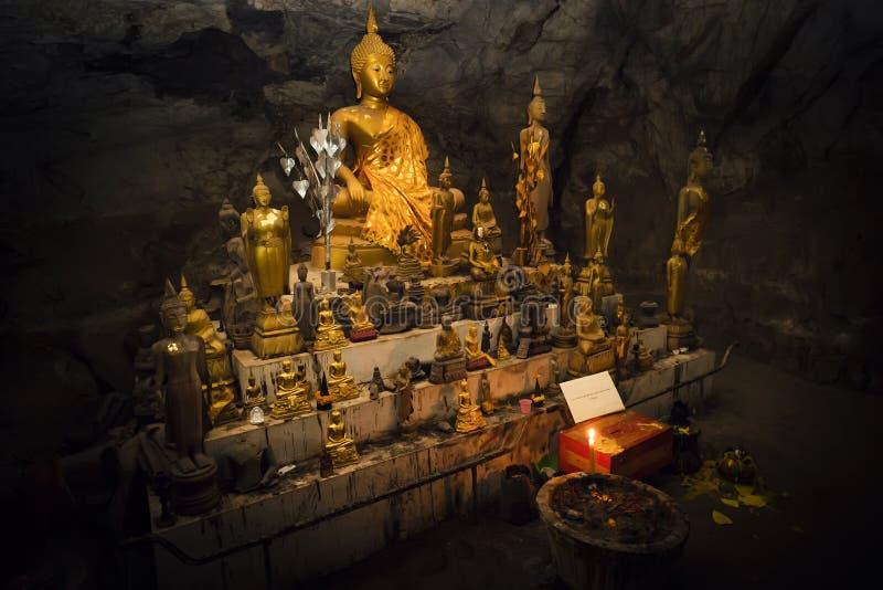 La cueva interior de Pak U es muchas Buda-figuras doradas la cueva se sitúa cerca de Luang Prabang, Laos fotos de archivo libres de regalías