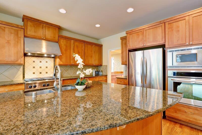 La cuisine de invitation lumineuse comporte des compteurs de granit images libres de droits