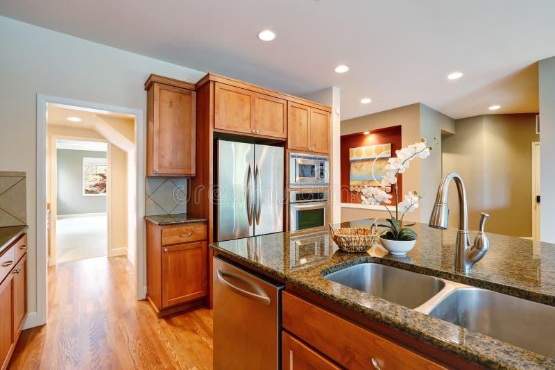 La cuisine de invitation lumineuse comporte des compteurs de granit photo stock