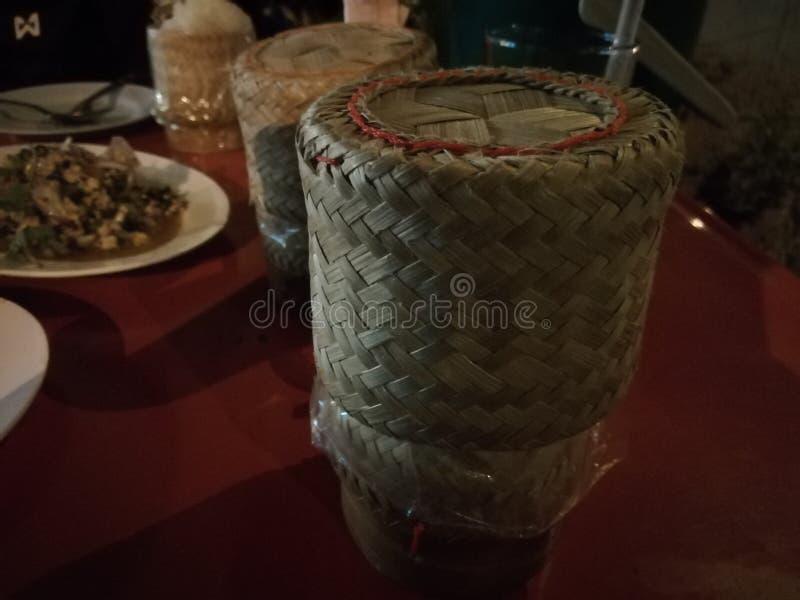 La cuisine Du nord-est-thaïlandaise ont un panier de riz de bâton est sur la table de salle à manger images libres de droits