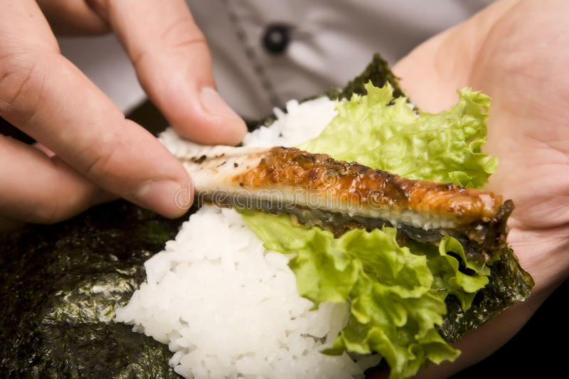 la cuisine japonaise de cuisinier prépare le susi image stock
