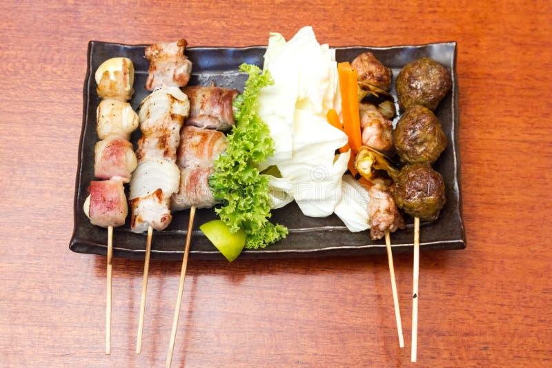 La cuisine japonaise a grillé, les brochettes de viande par Japonais, Yakitori image libre de droits