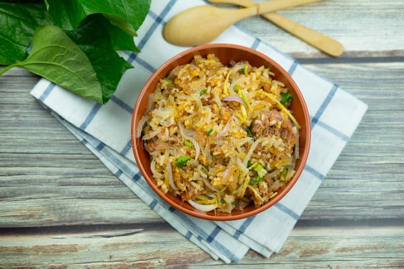 La cuisine thaïlandaise Yam Naem Khao Tod recette salade épicée de croquettes de riz au curry photo libre de droits