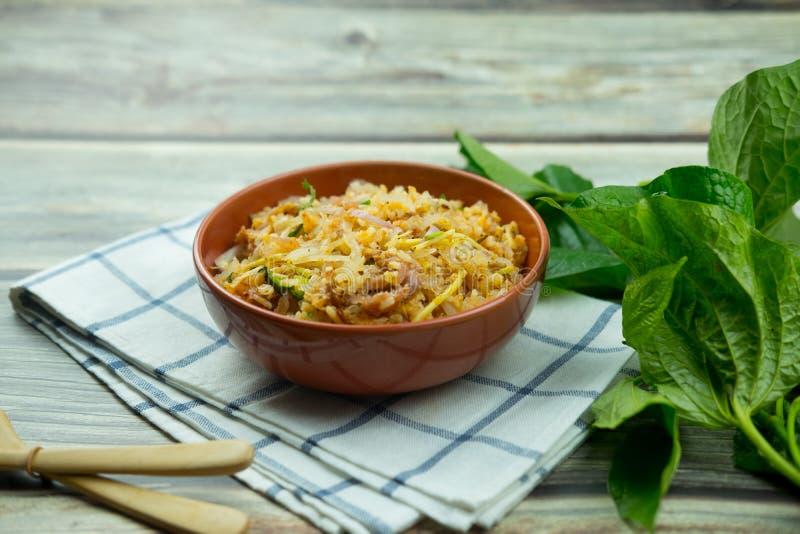 La cuisine thaïlandaise Yam Naem Khao Tod recette salade épicée de croquettes de riz au curry images stock