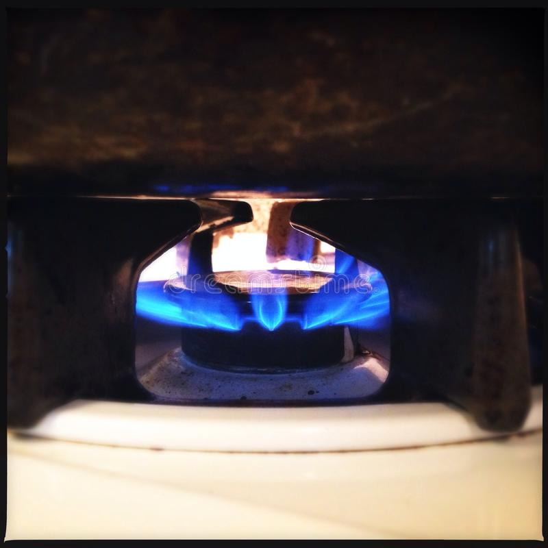 La cuisinière à gaz flambe le plan rapproché image stock