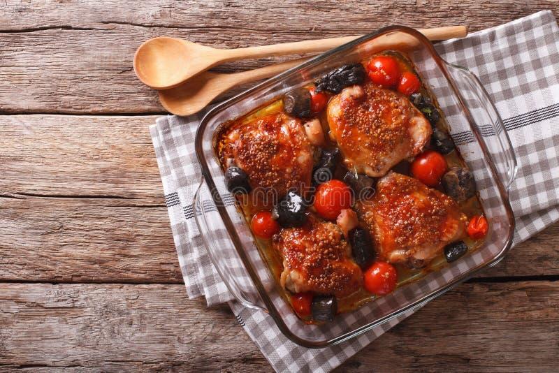 La cuisse de poulet cuite au four avec des tomates et les champignons de porcini se ferment  photo stock