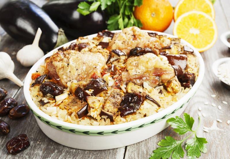 La cuisse de poulet a fait cuire au four avec du riz, l'aubergine et les figues photographie stock