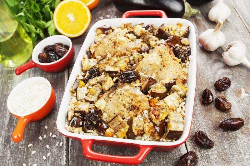 La cuisse de poulet a fait cuire au four avec du riz, l'aubergine et les figues photographie stock libre de droits
