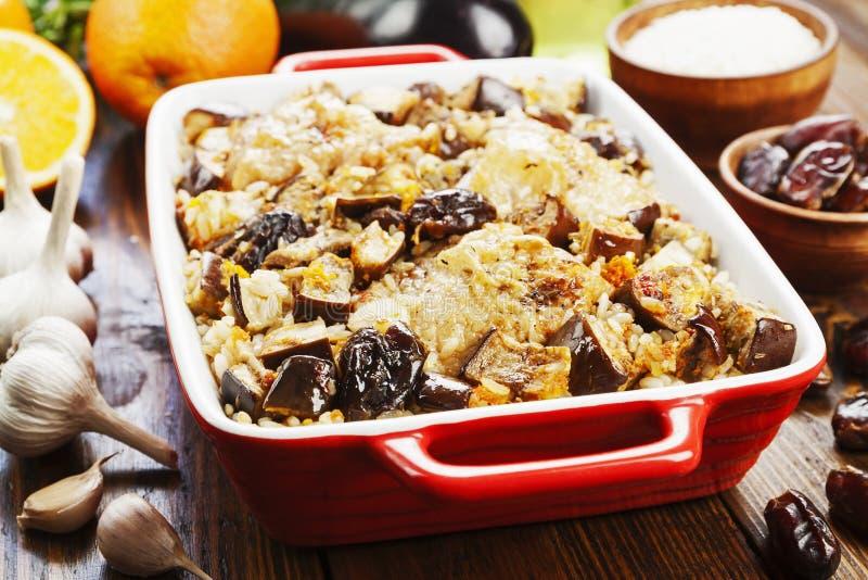 La cuisse de poulet a fait cuire au four avec du riz, l'aubergine et les figues image stock