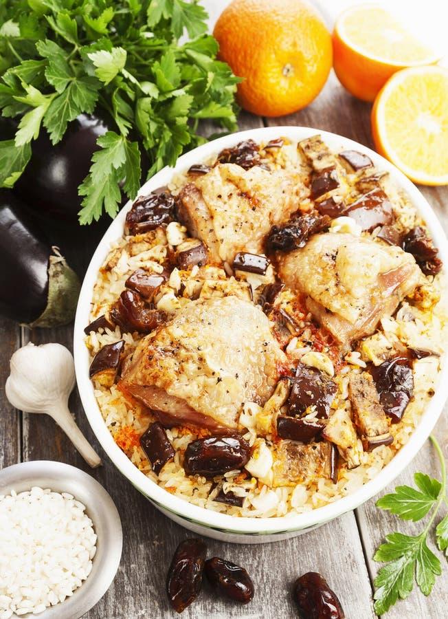 La cuisse de poulet a fait cuire au four avec du riz, l'aubergine et les figues image libre de droits