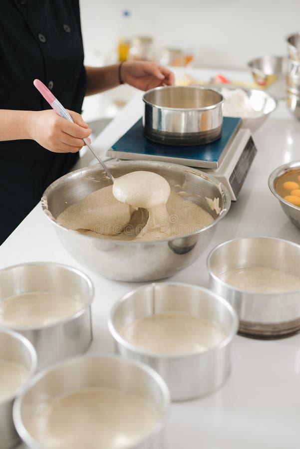 La cuisson de chef de boulangerie font cuire au four dans le professionnel de cuisine photos stock