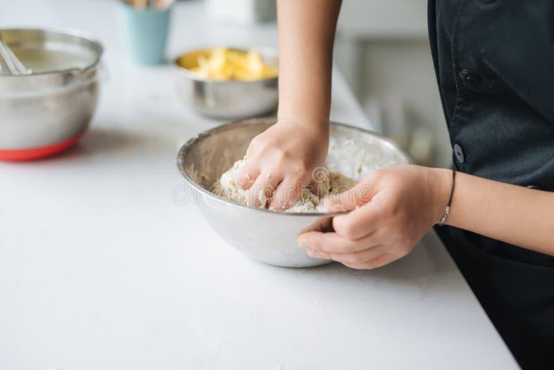 La cuisson de chef de boulangerie font cuire au four dans le professionnel de cuisine photo stock