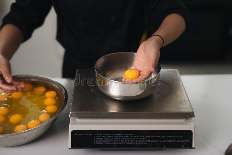La cuisson de chef de boulangerie font cuire au four dans le professionnel de cuisine images stock