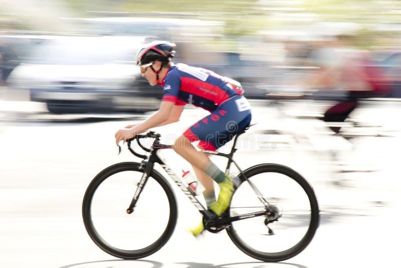 La cuisson de tache floue de mouvement a tiré du jeune coureur de bicyclette photographie stock libre de droits
