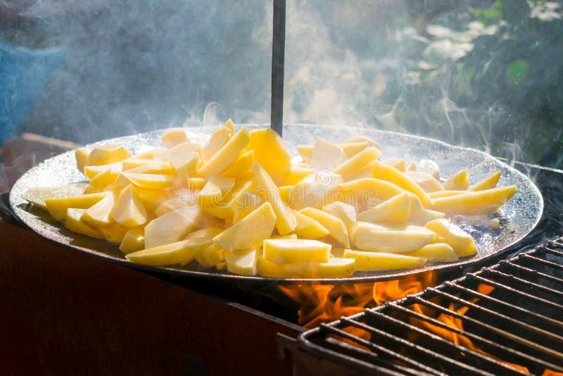 La cuisson du Français rôti a fait frire des pommes de terre pour le pique-nique de barbecue frit photo libre de droits
