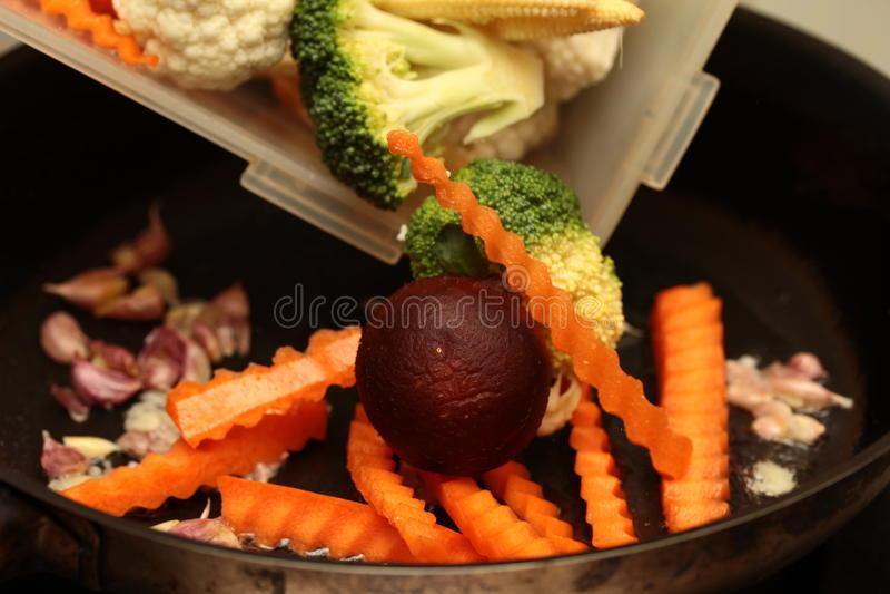 La cuisson prennent les légumes mélangés à frit avec de la sauce à huître Foyer sélectif photographie stock libre de droits