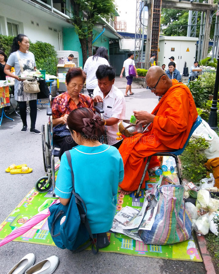 La culture thaïlandaise, donnent l'aumône au moine à l'hôpital de Rajvithi image stock