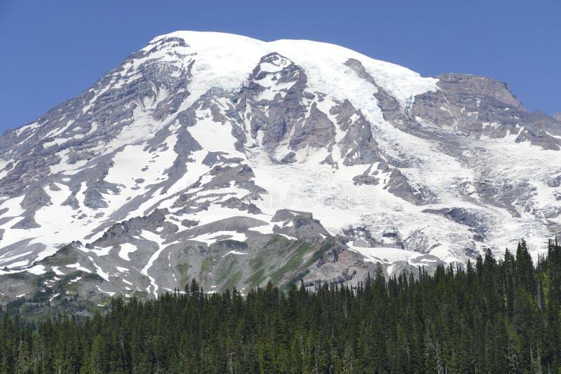 La cumbre del Mt más lluviosa sube sobre las colinas boscosas de la conífera imagen de archivo libre de regalías