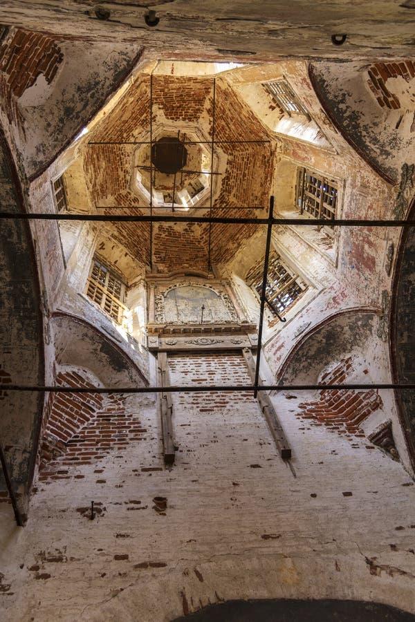 La cupola è dentro la chiesa rovinata in Russia Il resti dell'iconostasi Villaggio di Kolentsy, Rjazan' immagine stock