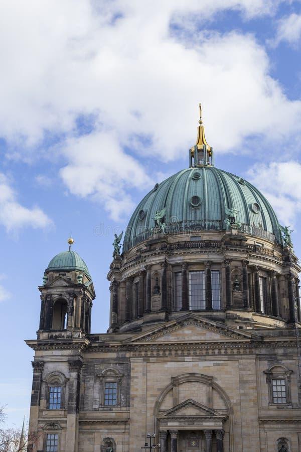 La cupola dei DOM berlinesi a Berlino al giorno immagini stock