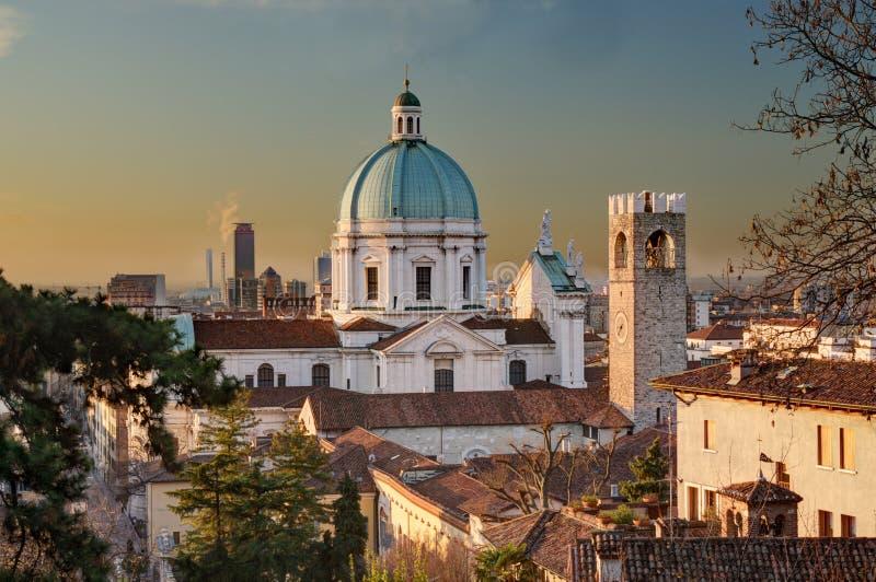 La cupola del Duomo Nuovo a Brescia dopo alba fotografia stock libera da diritti