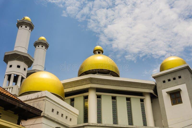La cupola dell'oro di una moschea con il cielo nuvoloso come fondo Pekalongan preso foto Indonesia immagini stock