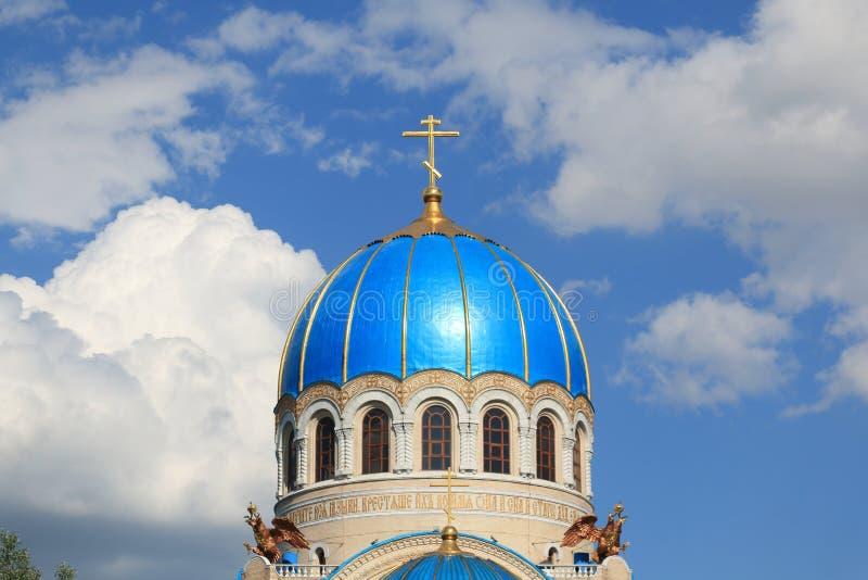 La cupola della chiesa della trinità animatrice a Mosca contro un cielo blu immagini stock libere da diritti