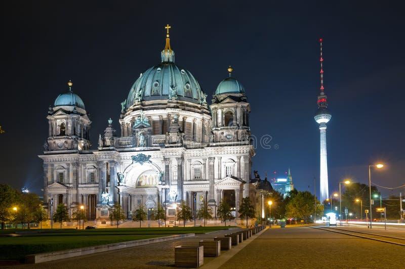 La cupola e la TV torreggiano su a Berlino alla notte fotografie stock libere da diritti