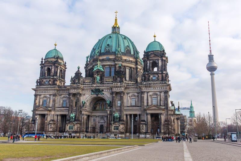 La cupola e la TV torreggiano su a Berlino alla notte immagini stock