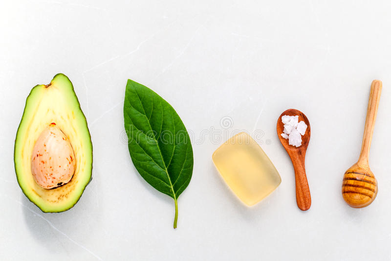 La cura di pelle alternativa e sfrega l'avocado fresco fotografia stock libera da diritti
