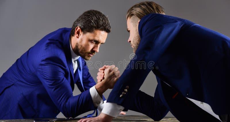 La curvatura e la holding asiatiche dell'uomo d'affari della concorrenza concept Uomini d'affari che combattono per il leadershi immagine stock