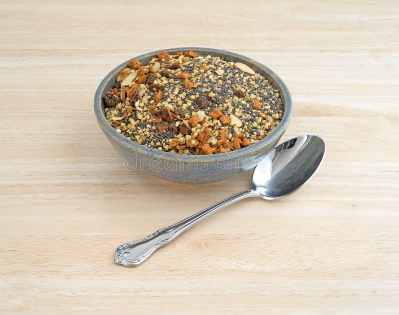 La cuvette de chia sème les écrous et la céréale de petit déjeuner de fruit images libres de droits