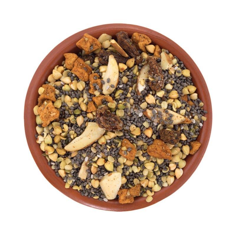 La cuvette de chia sème les écrous et la céréale de petit déjeuner de fruit photo stock