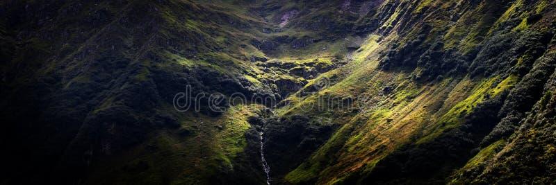 La cuvette de dépassement légère opacifie pour indiquer la rivière de montagne photos stock