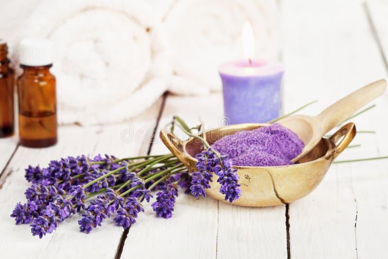 La cuvette de sel de bain de lavande et le massage huilent - le traitement de beauté photographie stock libre de droits