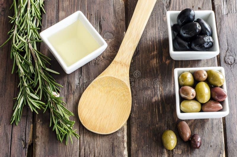 La cuvette a rempli d'olives, d'huile d'olive et d'herbes fraîches images libres de droits