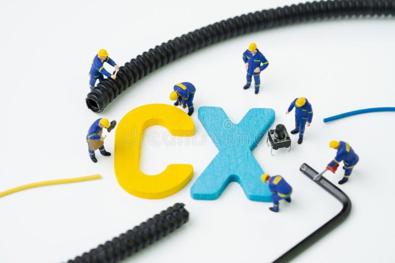 La CX, concept d'exp?rience de client, alphabet miniature CX de b?timent de travailleur de figure au centre, important du client  image libre de droits