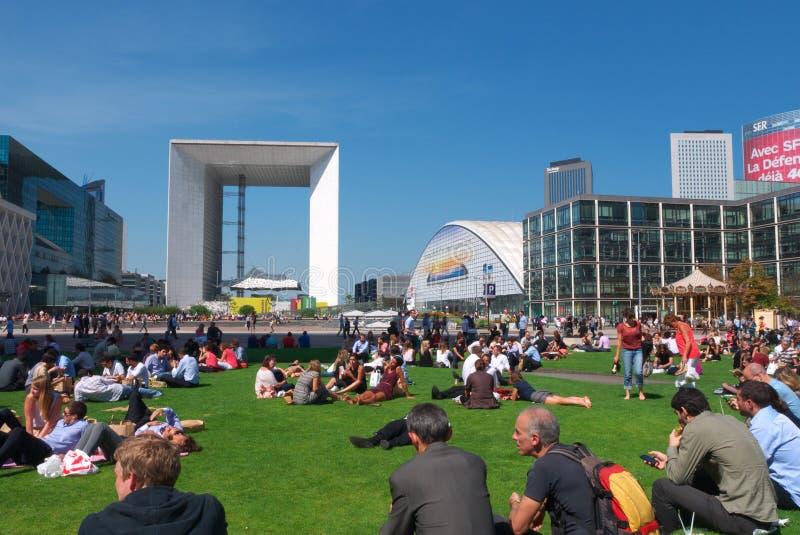 La Défense und das Grande Arche an der Mittagspause stockfotografie