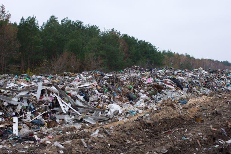 La décharge en Ukraine, piles de plastique a vidé dedans Les routes le long du pêle-mêle de rebut inorganique photographie stock libre de droits