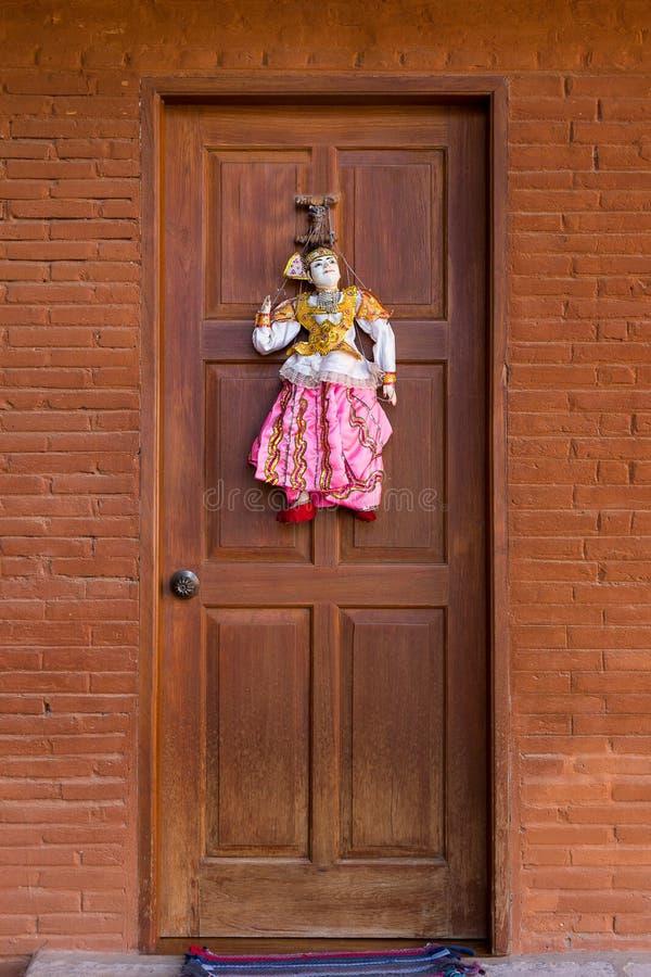La décoration birmanne de marionnette de ficelle de style assez traditionnel sur le cuivre a coloré la porte photographie stock